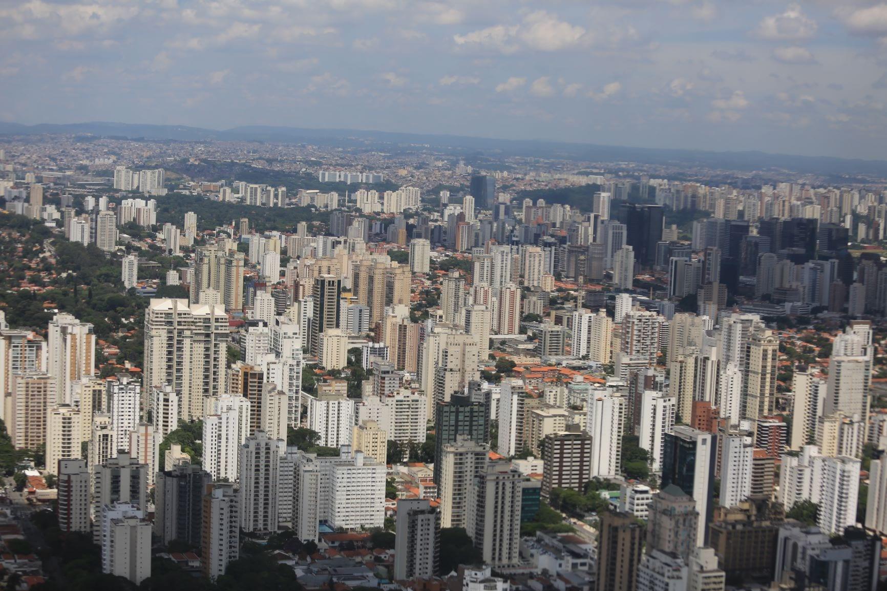 Vista aérea de imóveis em uma cidade