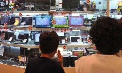 Consumidores observam produtos em loja (Foto: Marcello Casal Jr/Agência Brasil)