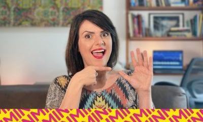 Paula Reis faz sinal de 5 com a mão