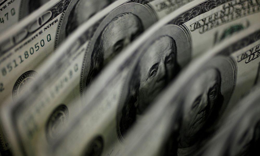 Bolsa fecha em alta de 2,23% com EUA e safra de balanços; dólar bate R$ 5,68