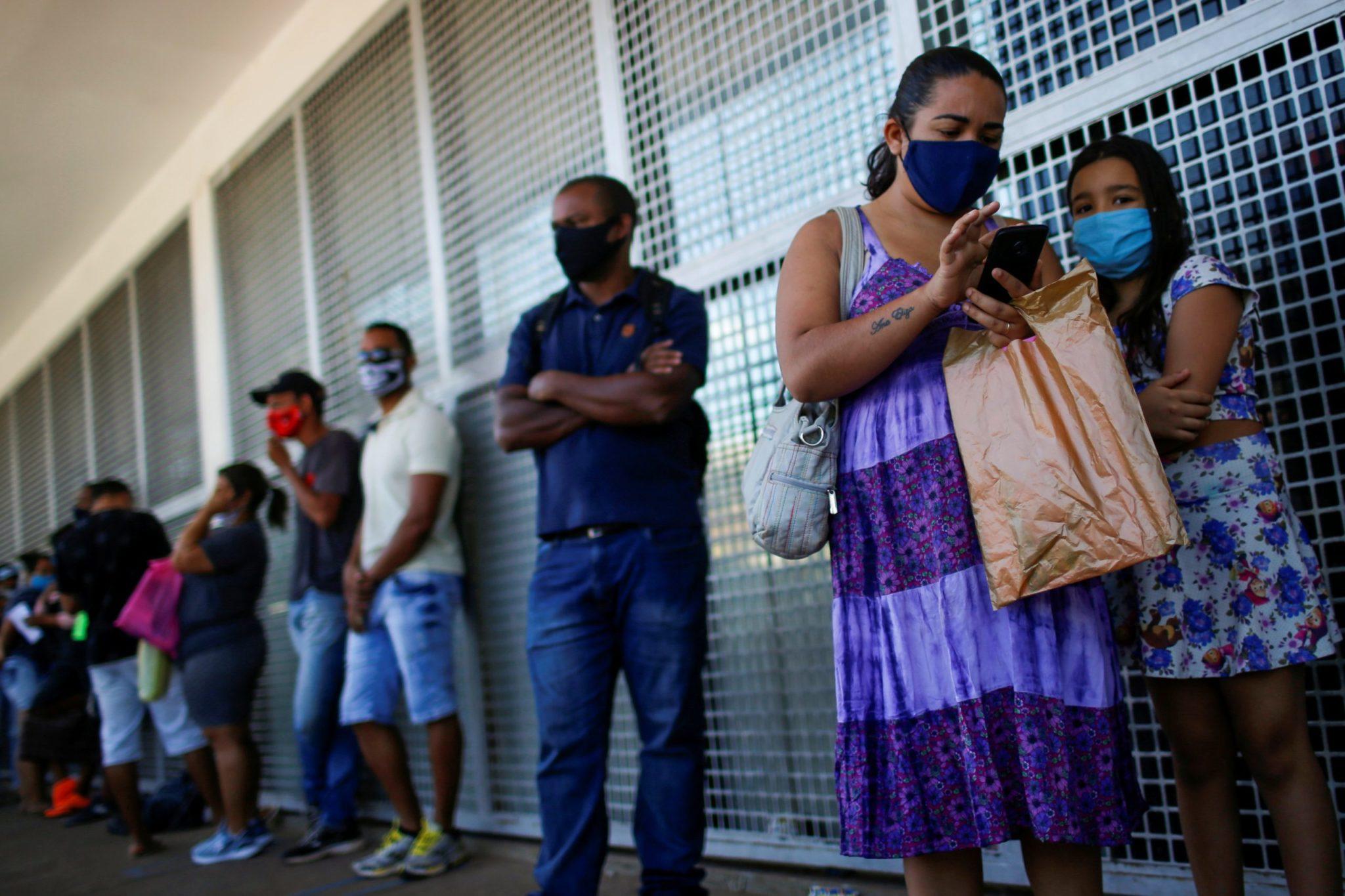 Pessoas fazem fila em agência da Caixa para sacar auxílio emergencial, em Ceilândia-DF 07/07/2020 REUTERS/Adriano Machado