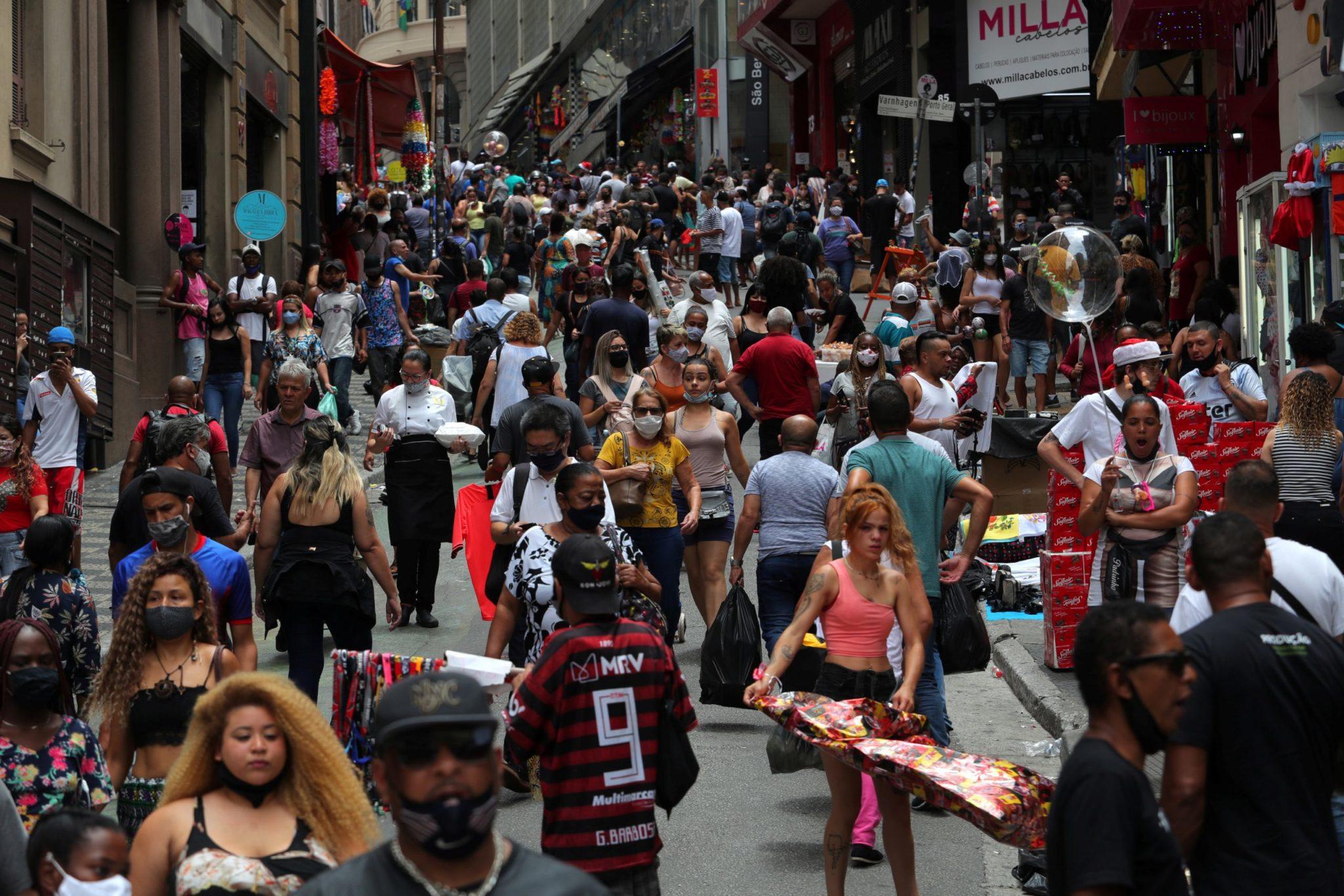 Consumidores fazem compras em rua comercial de São Paulo