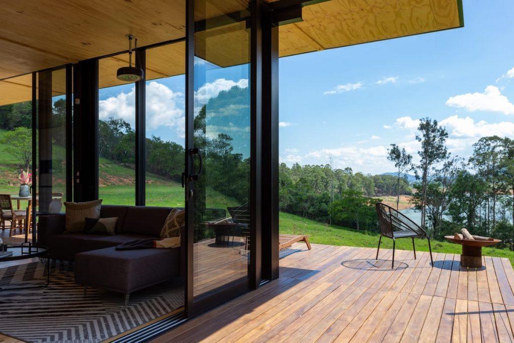 Casa com deck de madeira e vista para a beira da represa do Jaguari.
