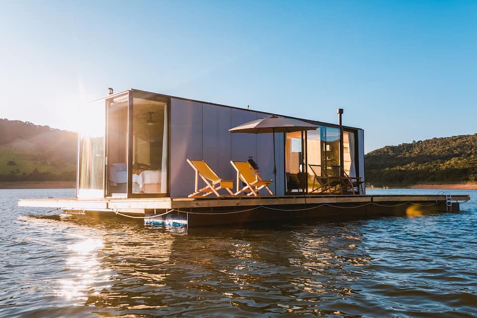 Casa flutuante estilo tiny house no meio da represa