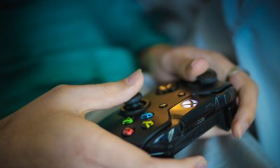 Mão de uma mulher jogando videogame