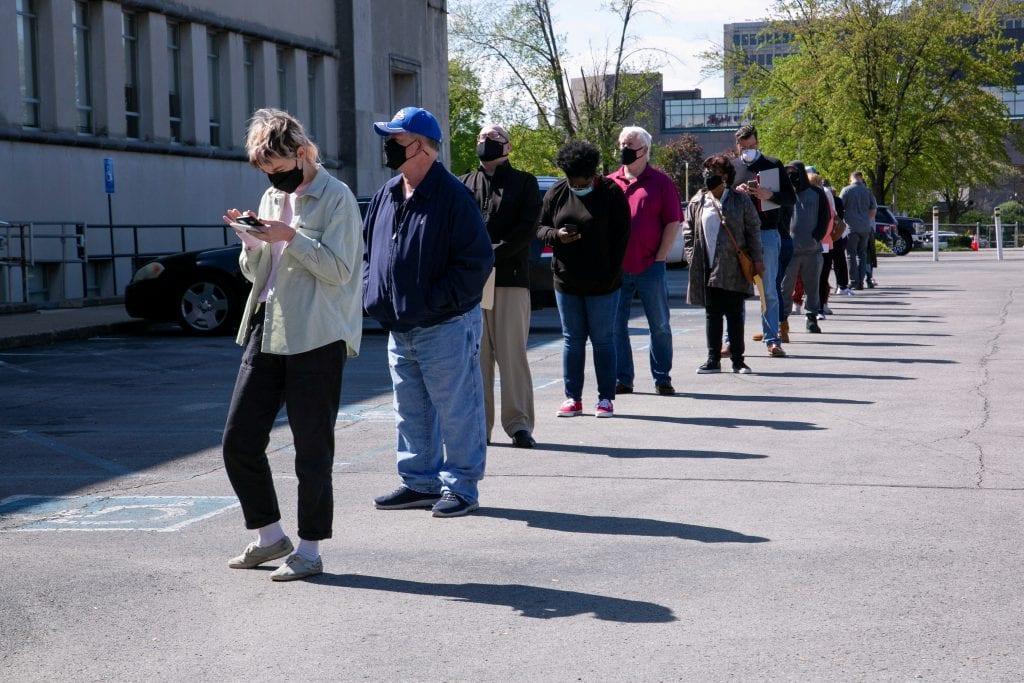 Payroll divulga dados do mercado de trabalho nos EUA. Pessoas em uma fila no centro de carreiras em Louisville, EUA.