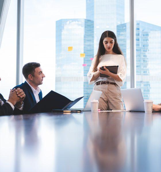 Mulher em reunião de trabalho com homens