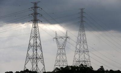 Torres de transmissão de energia perto da represa de Diadema