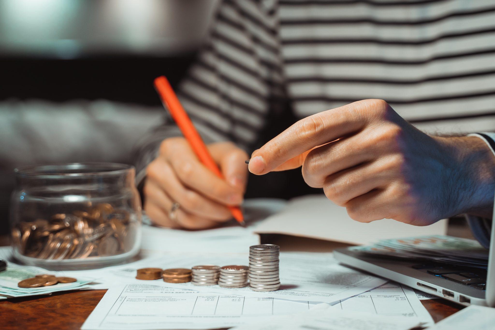 Mão de pessoa segurando lápis fazendo cálculo cálculo