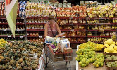 IPCA, mulher no mercado com o carrinho de compras