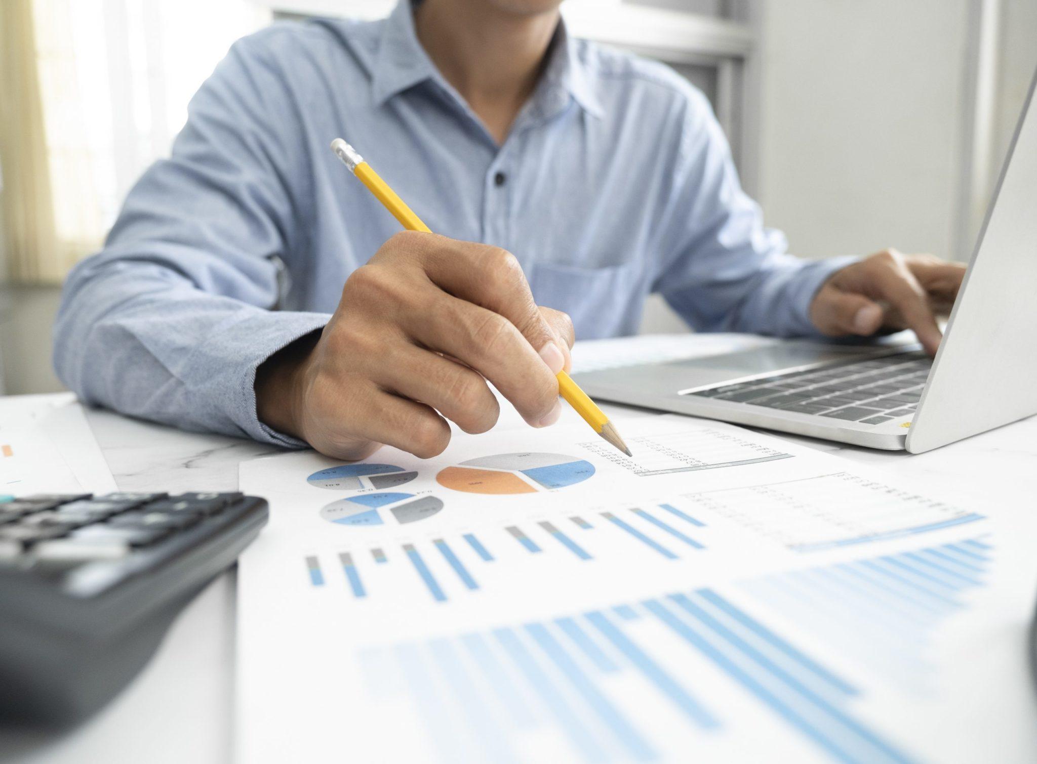 Homem faz análise de investimentos
