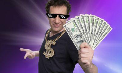 samy dana com notas de dólar nas mãos