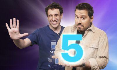 samy e dony com o número 5 nas mãos