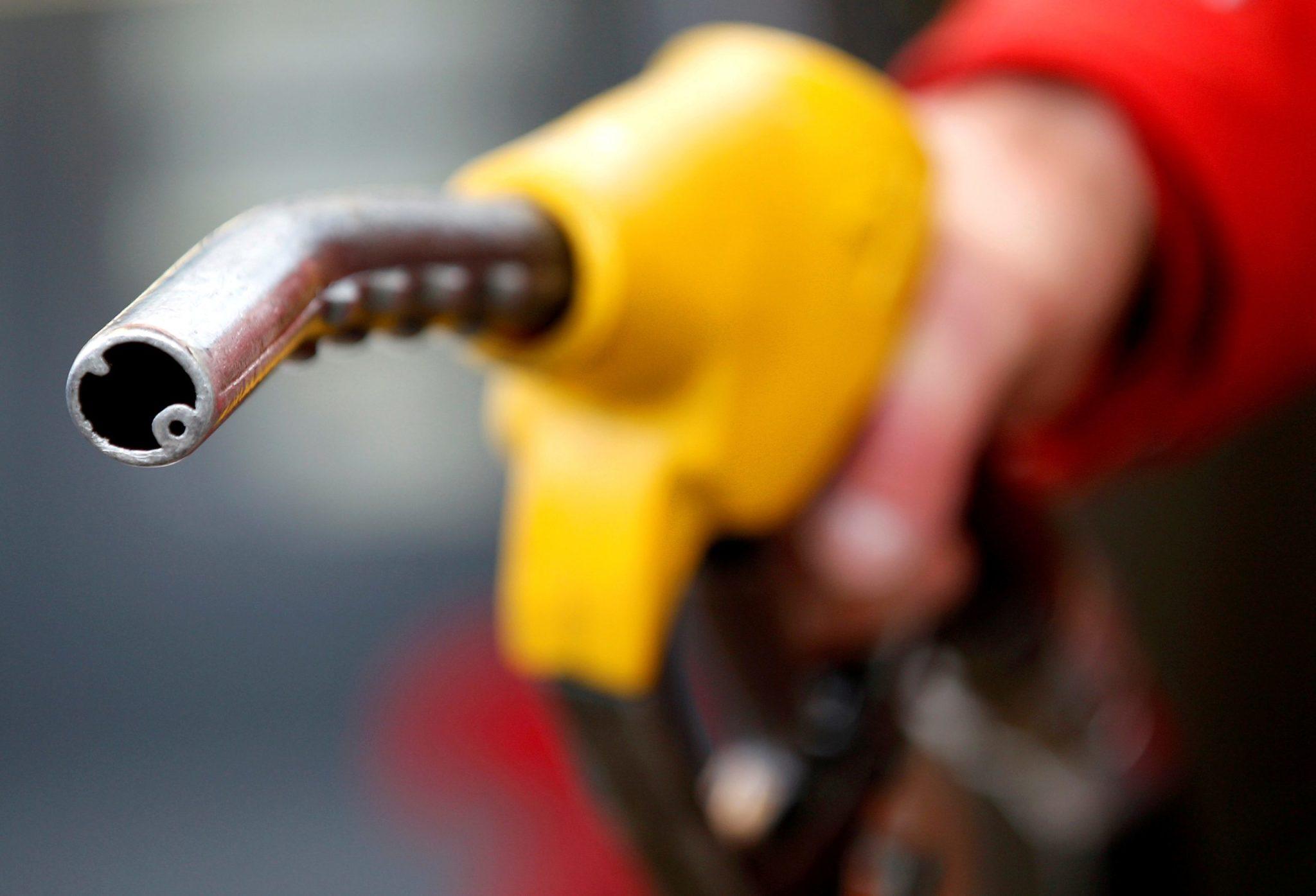 Carro sendo abastecido em posto de combustíveis