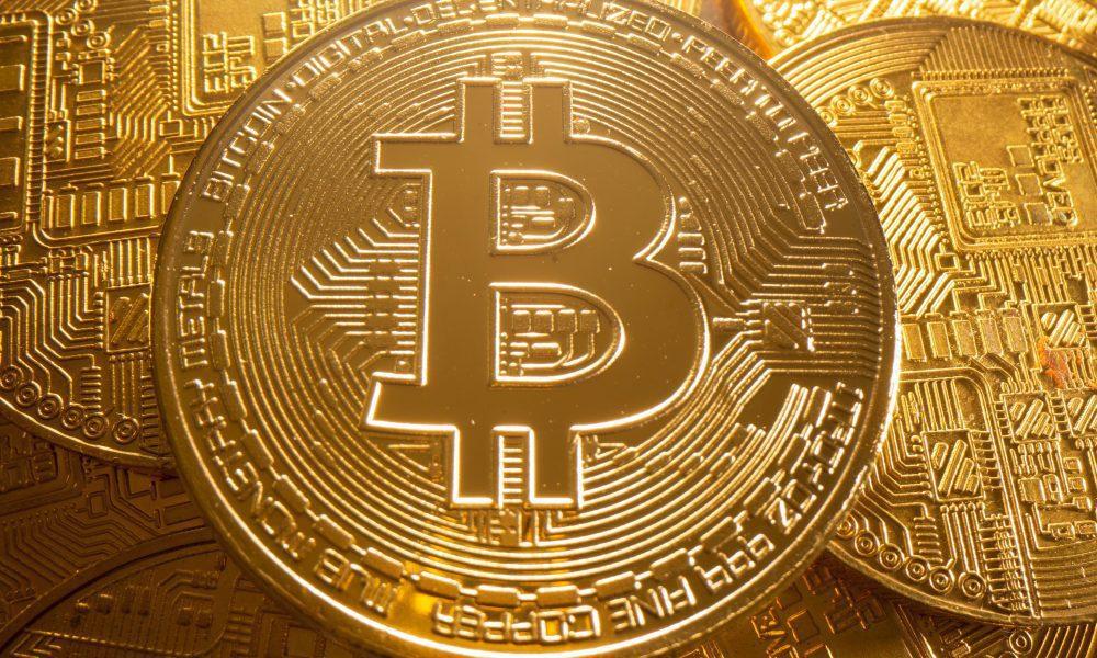 Bitcoin passa por correção, mas caminha para seu maior ganho mensal
