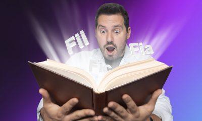 dony de nuccio com uma enciclopédia em mãos