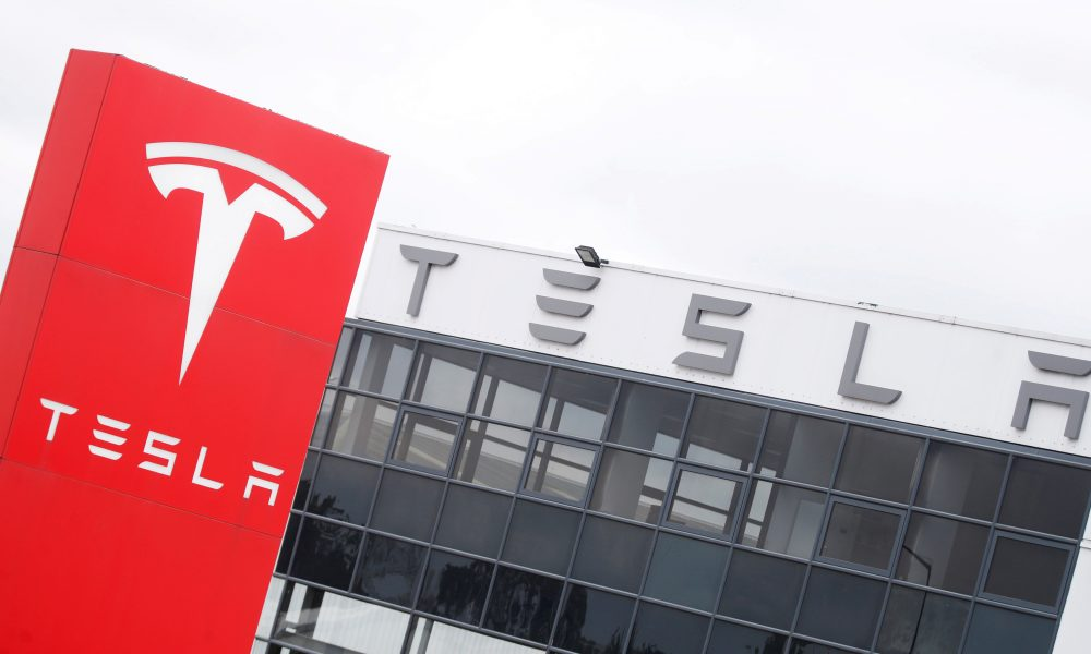 Uber faz parceria com Hertz para 50 mil carros Tesla nos EUA