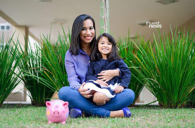 A especialista Andressa Costa ao lado da filha; ela fala sobre educação financeira para crianças (Foto: Divulgação)